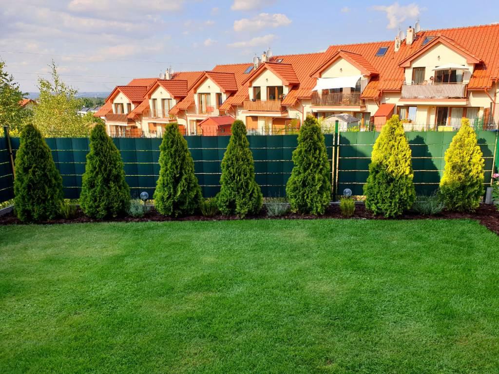 ogrodzenie panelowe z zielona tasma na ogrodzenie